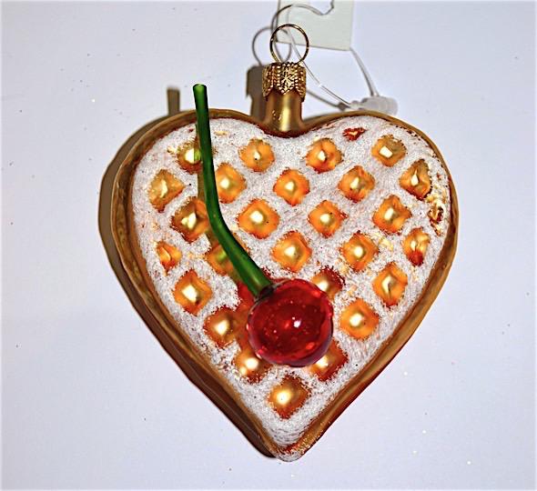 Waffel-Herz mit Kirsche